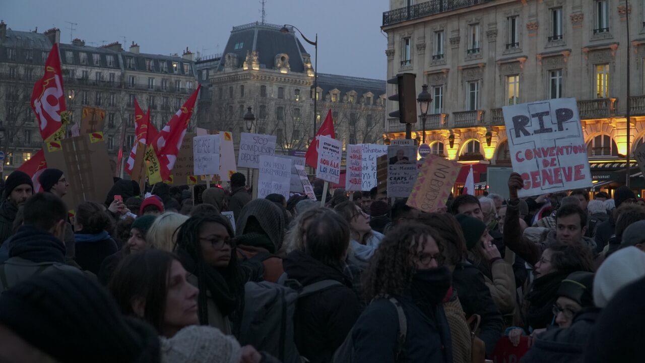 抗议移民和庇护新法案巴黎数千人游行示威
