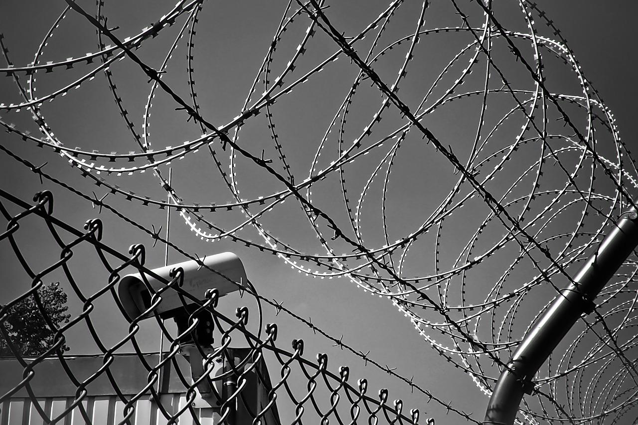 新疆教育转化营工作人员称:这是一座监狱