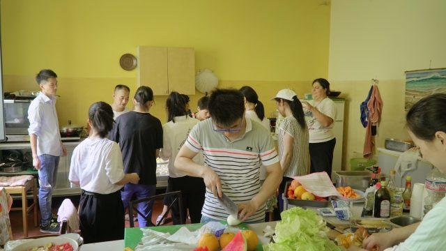 晨星协会基督徒与其他志愿正在制作美食