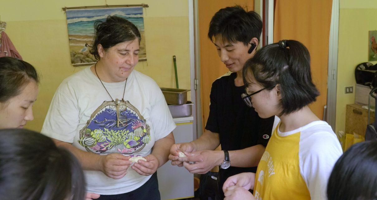 晨星协会基督徒正在教志愿者包饺子