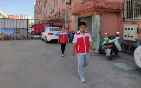 山东省某地网格员正在社区巡逻。