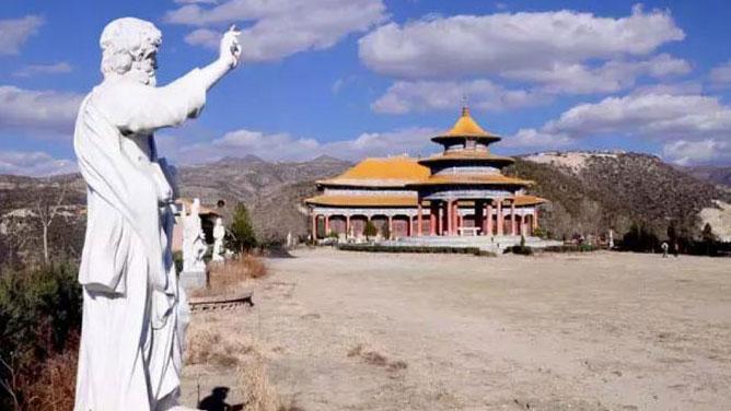 """山西省,信徒来到太原西南的洞儿沟(Dongergou),参加9月15日在教堂庆祝的痛苦圣母七苦节。圣所建于1924年。每年9月15日,有成千上万来自中国各地的朝地者前来祈祷。图为天主教徒前来朝圣,除了信仰的原因,还担心当地政府想要摧毁被指建筑太高的位于山顶的圣所的门,称为""""上天之门""""。"""