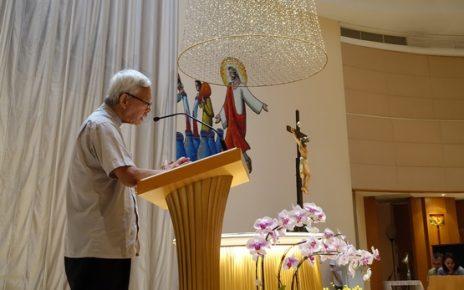陈日君枢机带领信众,在圣母圣衣堂为香港祈祷。