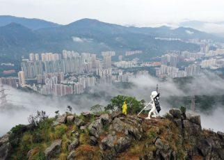 香港抗议者星期天(10/13)在狮子山上竖起自由民主女神像。图片为制作团队提供