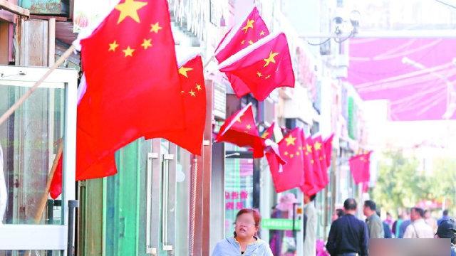 插满国旗的新疆街头