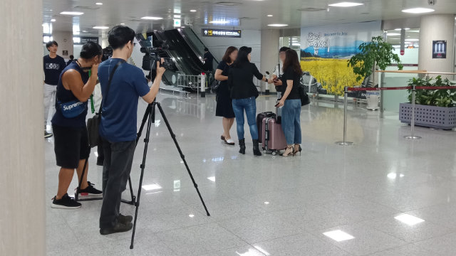 吴明玉在机场接从中国来的家属,并安排媒体拍摄