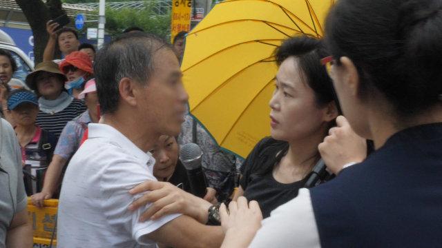 一位父亲想见儿子,却遭吴明玉阻拦