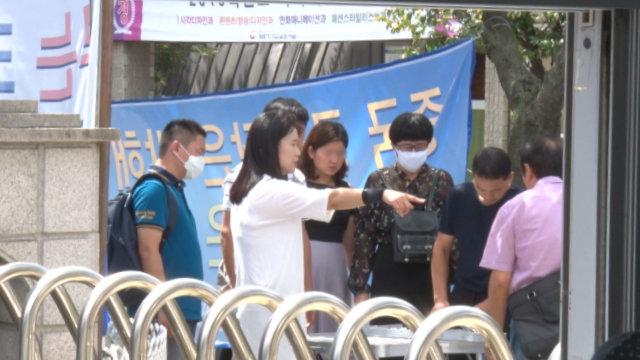 吴明玉在韩国全能神教会外指挥家属示威