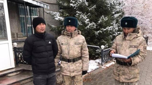 从中国新疆逃亡哈国的哈斯铁尔,接受哈国安全人员调查
