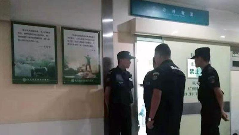 2019年10月26日,民警守住急诊室门口不让家属接触陈春章。