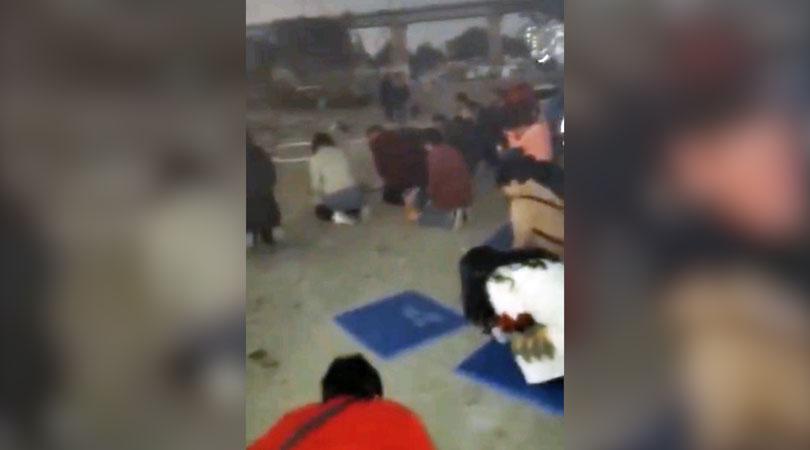 数十位信徒在强拆现场跪地祷告