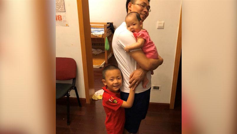 覃德富和两个孩子合影。