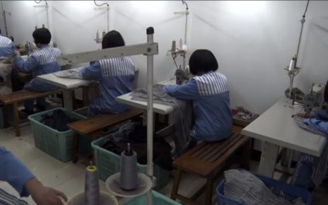 服刑人员在加工服装(网络图片)