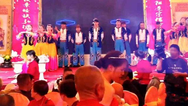 在晋江某村祠堂内表演节目的维吾尔人