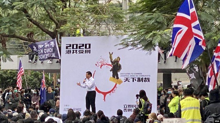 香港民众集会促政改 集会中途被中断 警方释放催泪弹